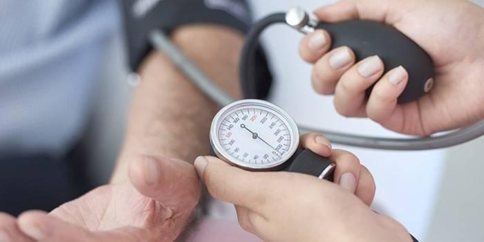 Медик вимірює пацієнтці артеріальний тиск