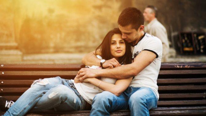 чоловік і дівчина на лавочці