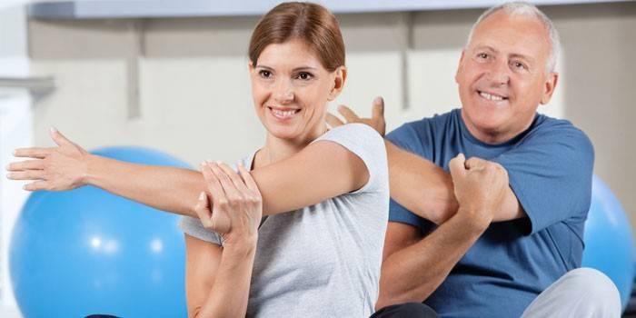 Чоловік и женщина на занятті з лікувальної фізкультури