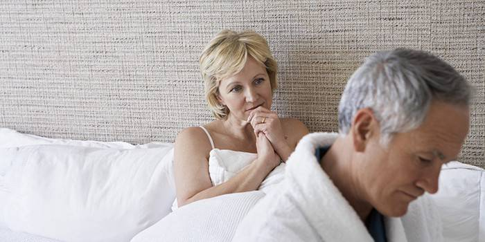 Чоловік и женщина в спальні