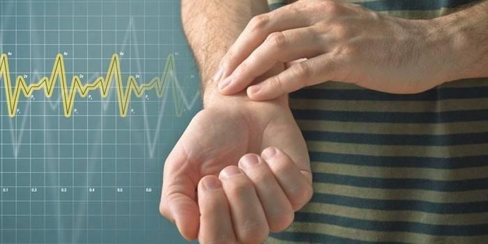 Чоловік вимірює собі пульс