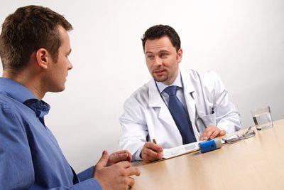 чоловік на прийомі у лікаря