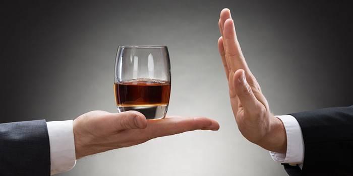 Чоловік відмовляється від склянки з алкоголем