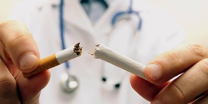 Чоловік зламав сигарету