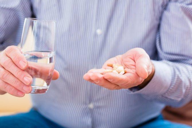 Чоловік собирается Прийняти антидепресанти, оскількі виходом з-під акогольной залежності