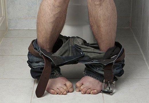 Чоловік в туалеті