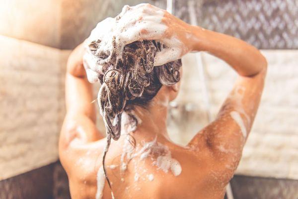миття голови шампунем