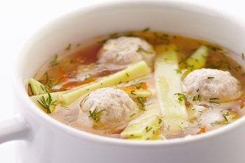На обід під час дієти при підвищеному холестерин можна подати овочевий суп з курячими фрикадельками