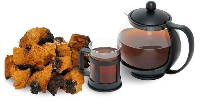 Настій чаги з чашці і чайнику
