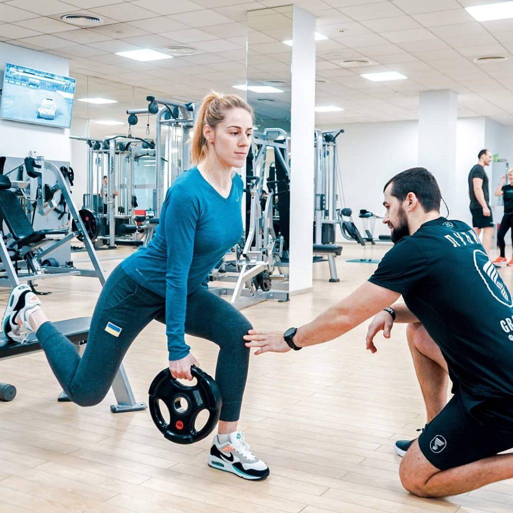 Профессиональная консультация тренера в фитнес-центре Grand Prix при прокачке ног девушки