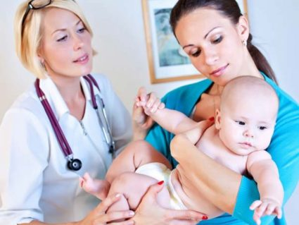 Огляд малюка лікарем