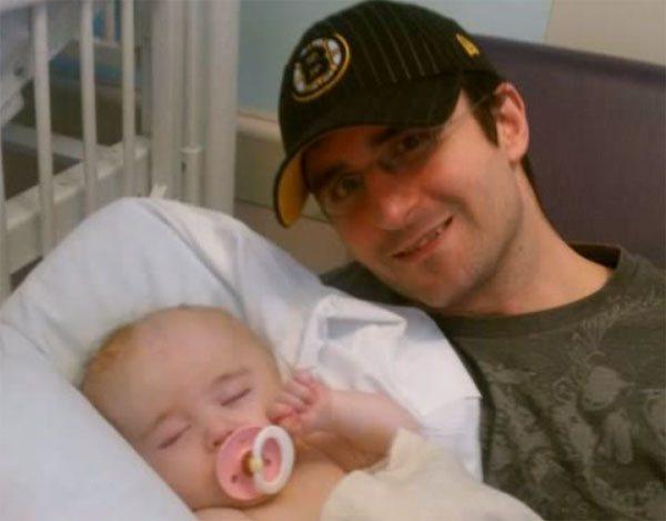 Батько з дитиною з гідроцефалією