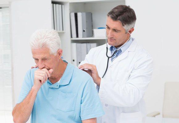 Пацієнта мучить кашель, його оглядає лікар