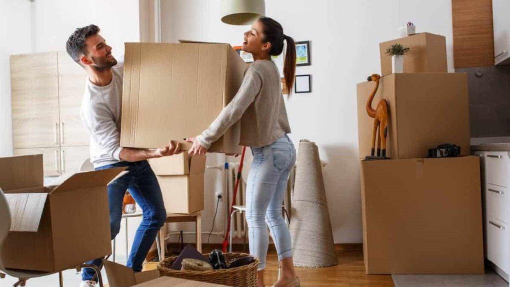 Молода родина покує телевізор до коробки для квартирного переїзду у нову оселю