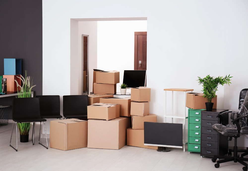 Коробки с вещами в офисе