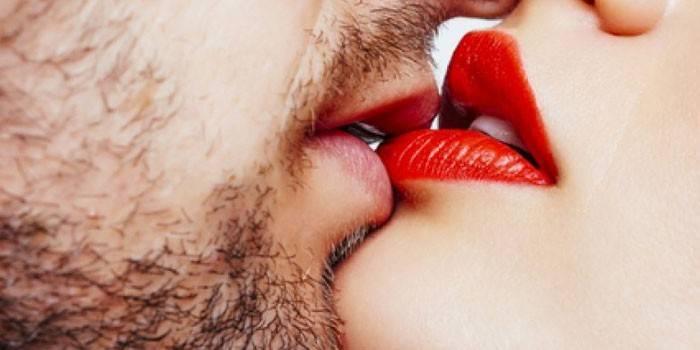 Поцілунок чоловіки і жінки