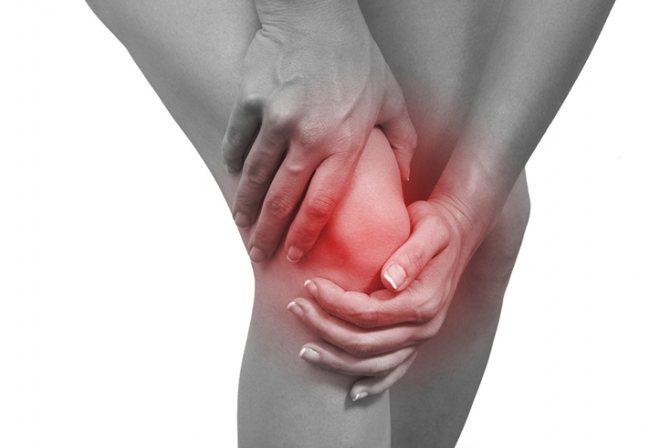 Чому болить під чашкою колена