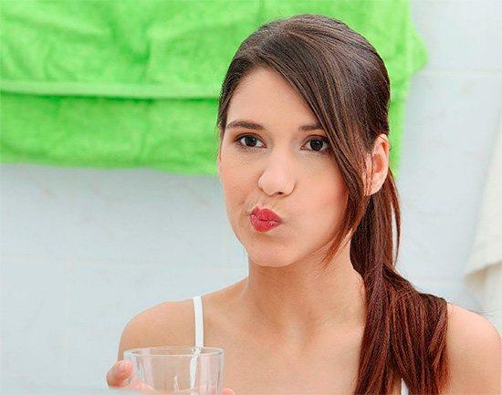 Полоскання рота теплими відварами трав і содо-сольовим розчином дозволяють зняти гостроту болю під час нападу.