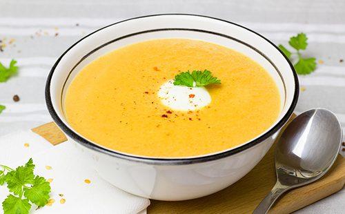 Порція морквяного супу з імбиром