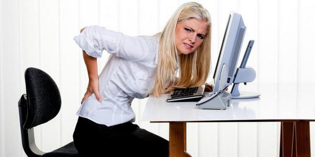 Постійна сидяча робота может стать причиною Виникнення болю в спіні, І, зокрема, между лопатками