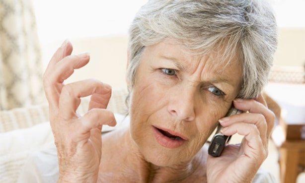 Літня жінка розмовляє по телефону