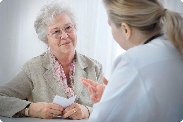 Літня жінка консультується на прийомі у лікаря