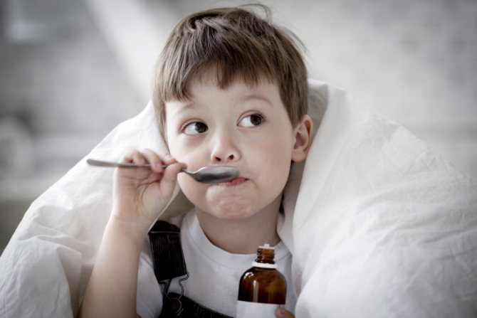При сильному кашлі дітям рекомендується давати сироп оману