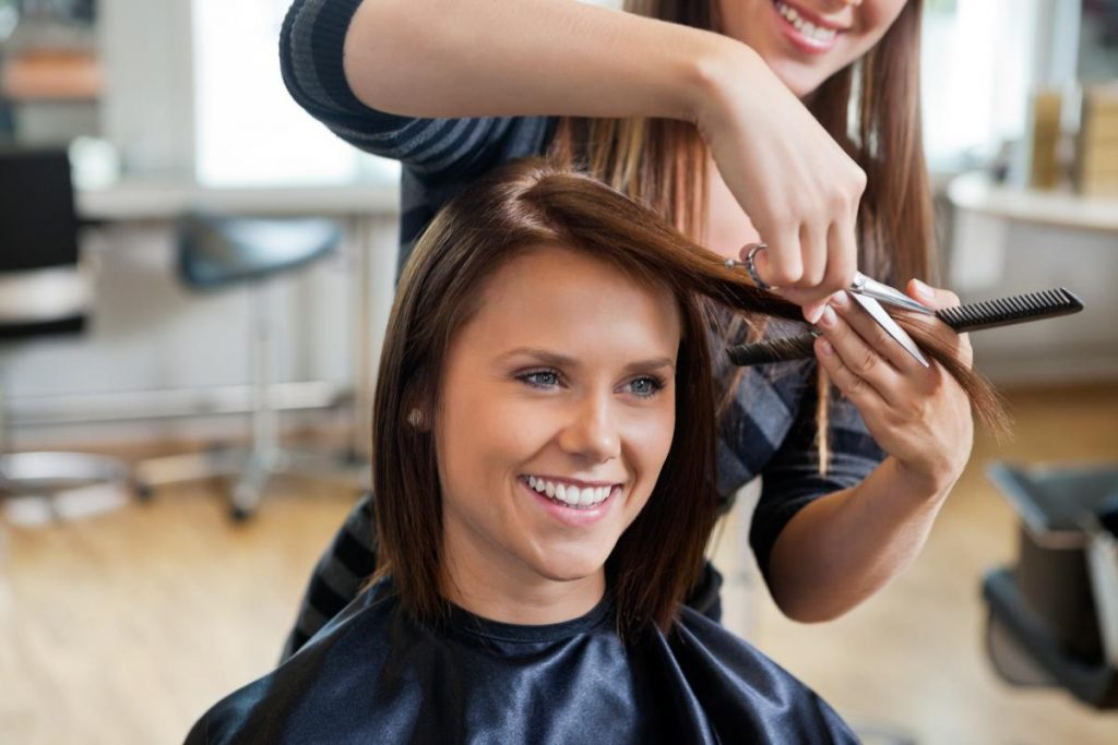 Девушка в салоне красоты: услуги парикмахера