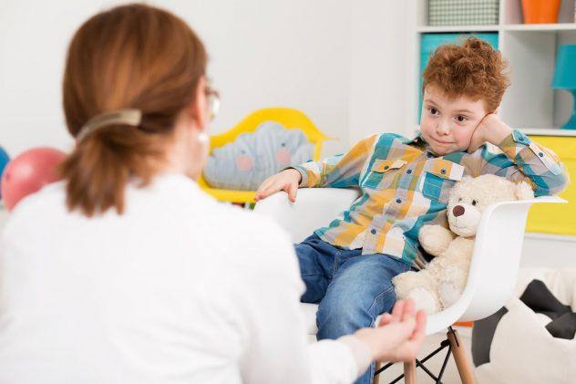 психолог проводити діагностику гіперактівності у дитини