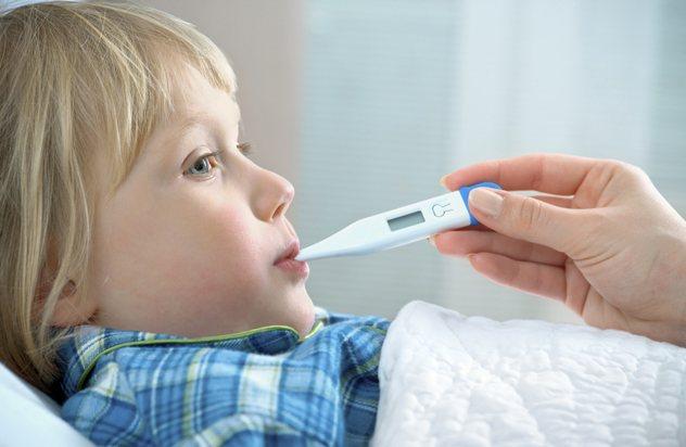 дитині вимірюють температуру