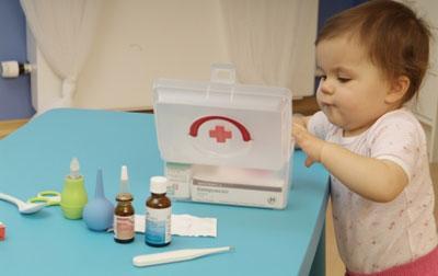 Дитина бере ліки