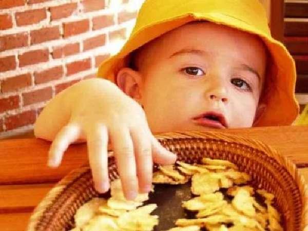 Дитина їсть чіпси