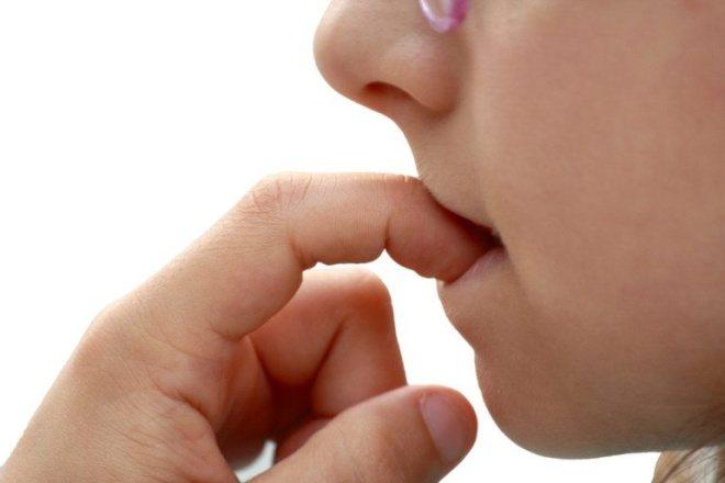 Дитина гризе нігті