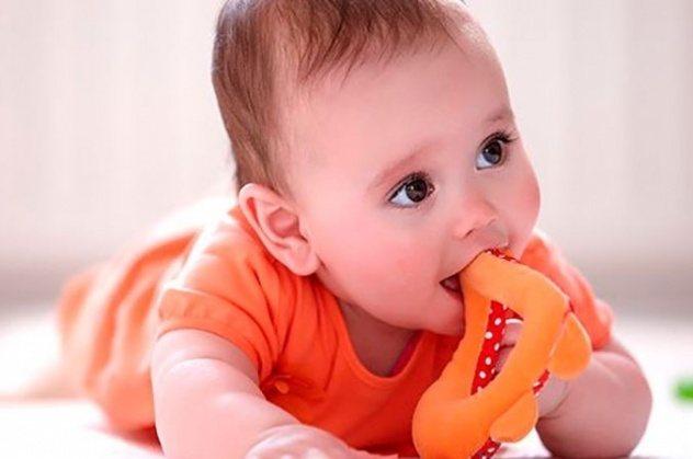 дитина Гризе прорізувач зубів