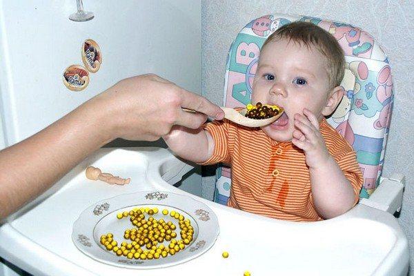 дитина їсть риб'ячий жир