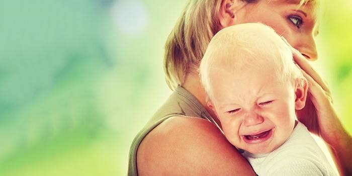 Дитина плаче і вередує