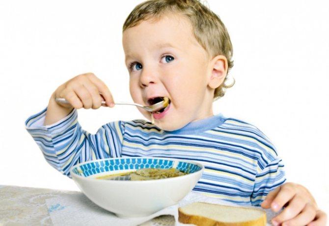 Дитина пріймає їжу