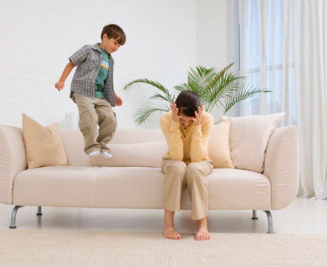 Дитина стрибає на дивані