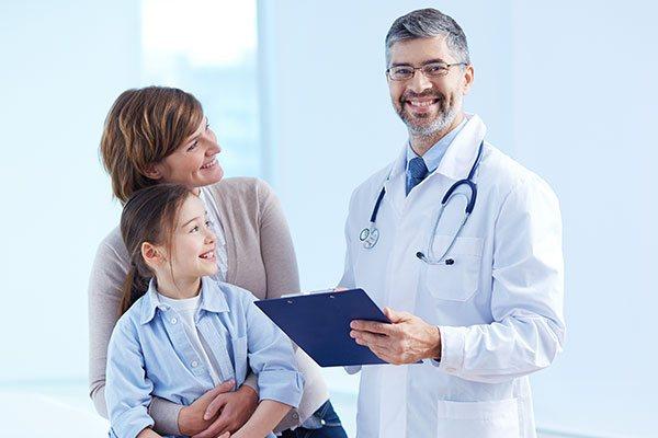 дитина з мамою у лікаря