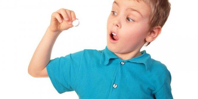 Дитина з таблеткою в руці