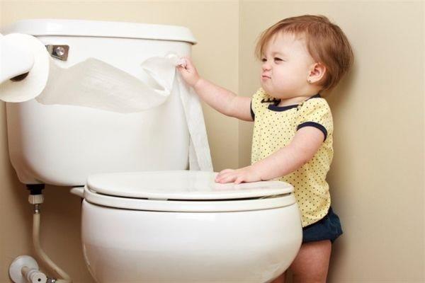 дитина в туалеті