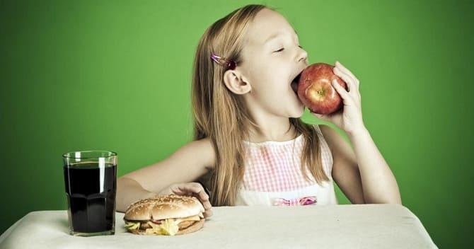 Дитина вибирає корисну їжу
