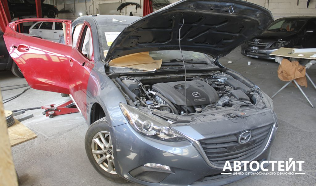 Mazda 3 на ремонте после среднего ДТП (работа автосервиса https://autostate.com.ua/)