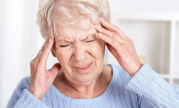 Сильний головний біль у літньої жінки