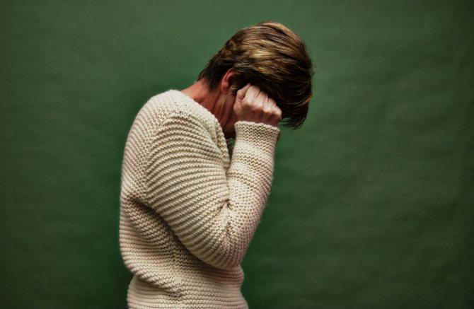 Симптоми при біполярному розладі часто схожі з депресією: постійно знижений настрій, відчуття безцільності життя, думки про суїцид