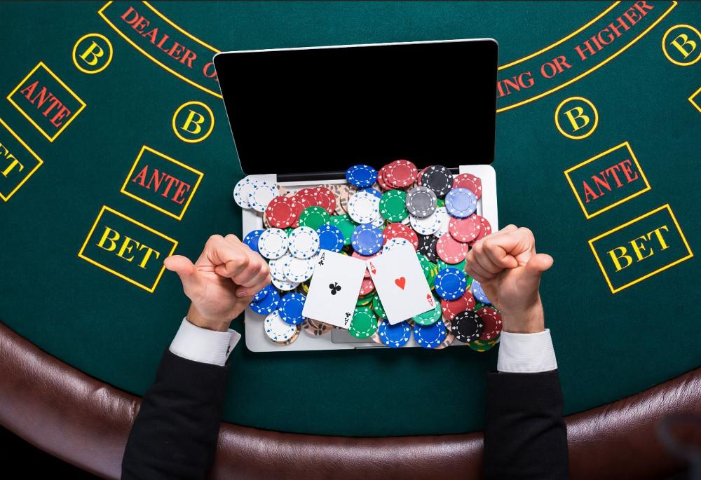 Ноутбук усыпанный фишками казино
