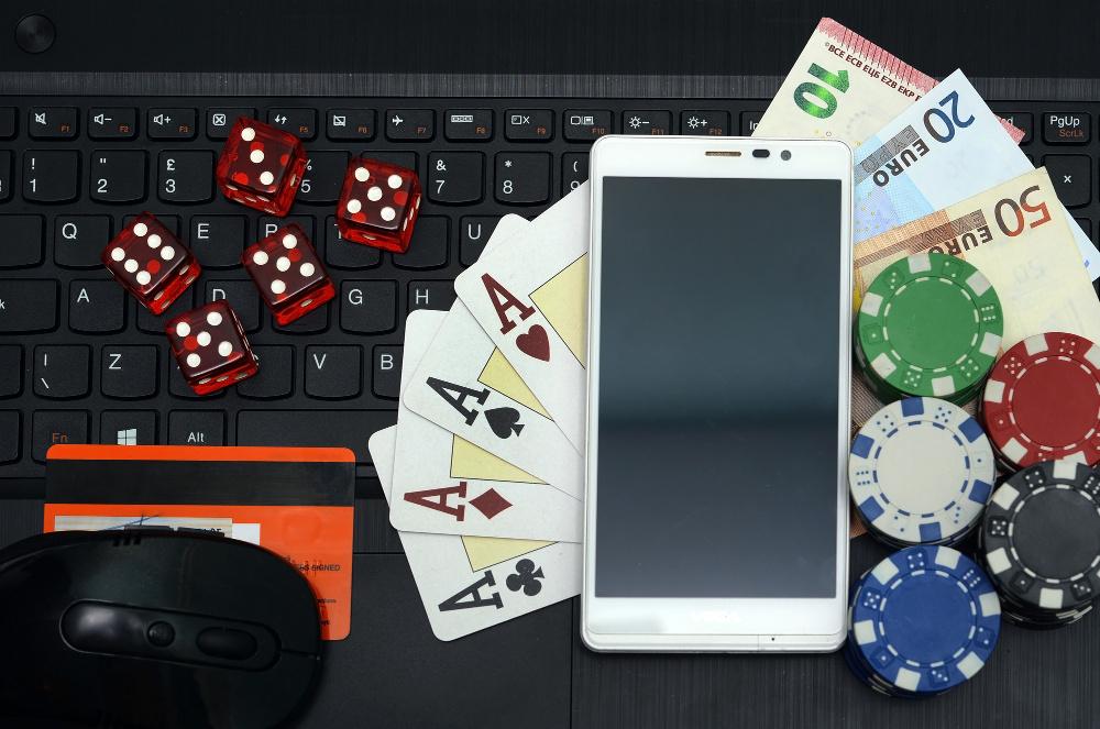 Смартфон, клавиатура и деньги