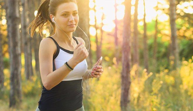 Спорт - біг в лісі