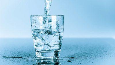 стакан мінеральної води