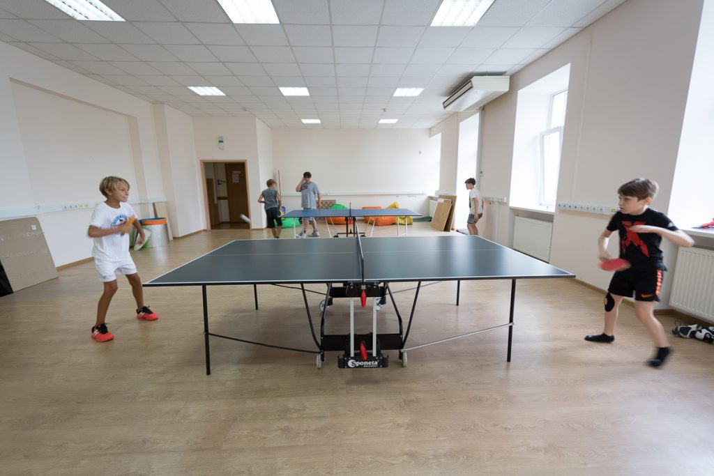 Учні приватної школи Києва – грають у настільний теніс